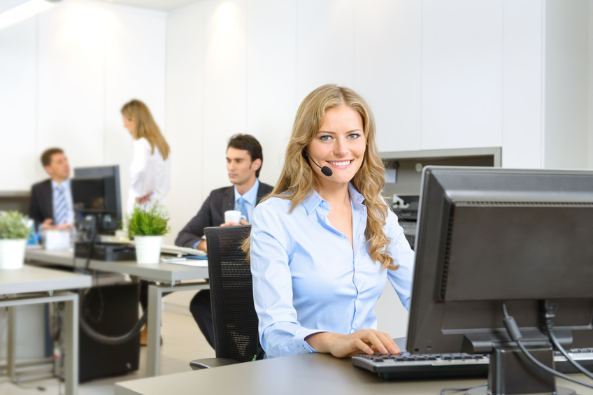 Eine Frau vor dem PC bewirbt Ihreservicenummer