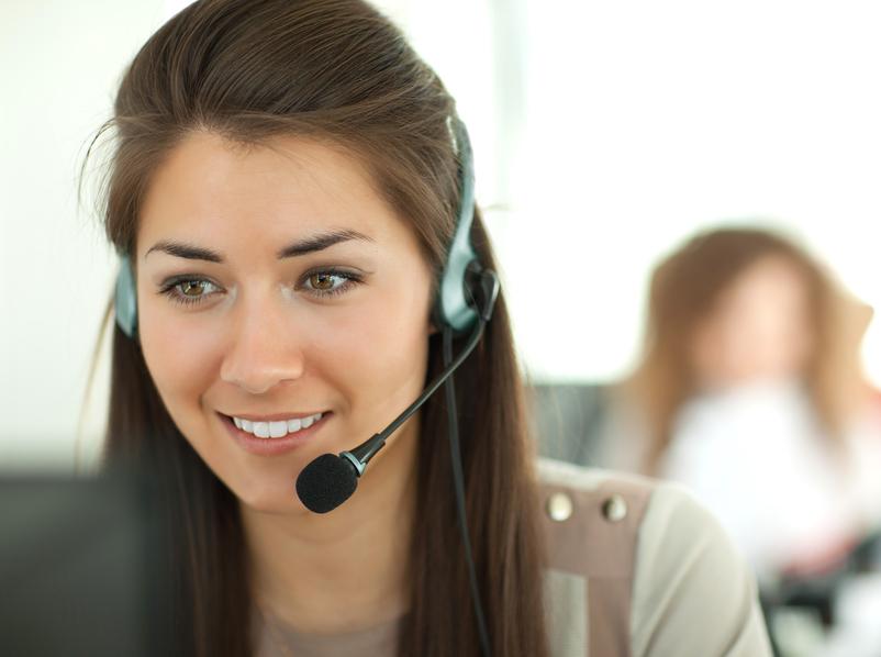 Frau mit headset für Geo Nummern
